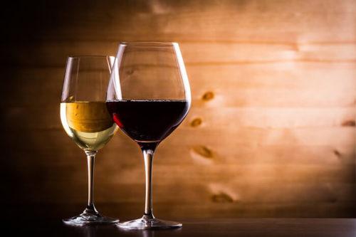 ワイングラスに注がれたワイン